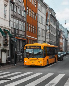 Dlaczego autobusy są wygodną formą dotarcia do Niemiec - jakie są wady i zalety względem innych rozwiązań?