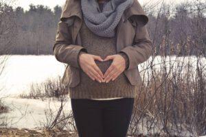 Jak właściwie dopasować spodnie ciążowe?